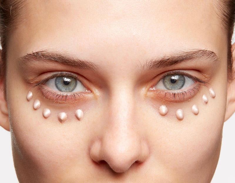 Кожа под глазами очень тонкая и требующая к себе особо деликатного обращения. У людей с тонкой кожей кровеносные сосуды просвечивают через нее и придают синеватый оттенок.