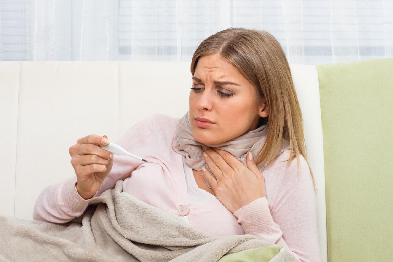 Многие лекарственные растения обладают свойствами традиционных аптечных препаратов. При боли в горле чаще используются полоскания отварами и настоями.
