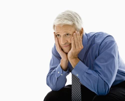 Симптомы мужского климакса похожи на женский: учащаются перепады артериального давления, сердцебиение, мучает бессонница.
