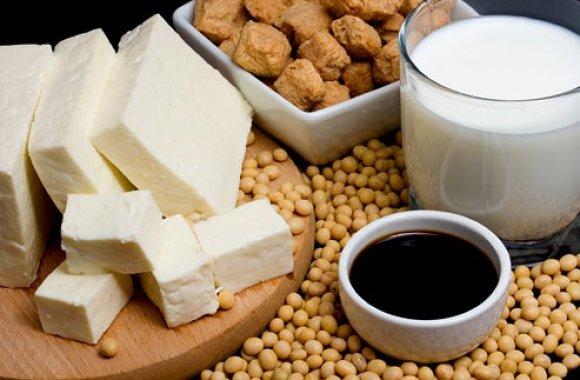 Соевые продукты заполонили прилавки в том или ином виде – как в виде собственно соевых продуктов, таких как сыр, молоко, паштеты, соус, так и в виде существенной добавки в различные пищевые продукты, будь то колбаса, майонез, выпечка, пельмени, котлеты, конфеты, супы, кремы, йогурты, маргарин, мороженое, мясные консервы.