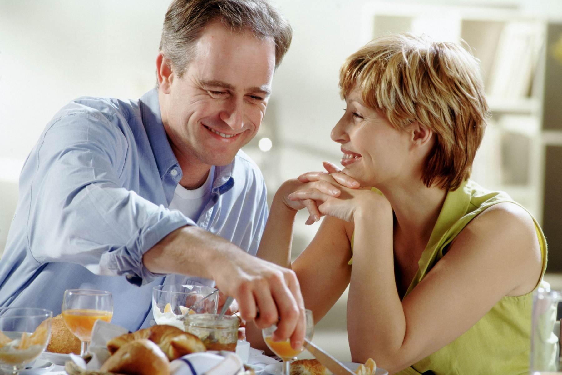 Как возраст женщины влияет на продолжительность жизни ее супруга?